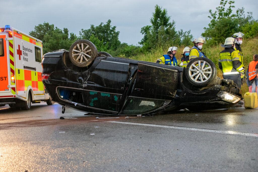 Unfallfahrzeug auf dem Dach liegend