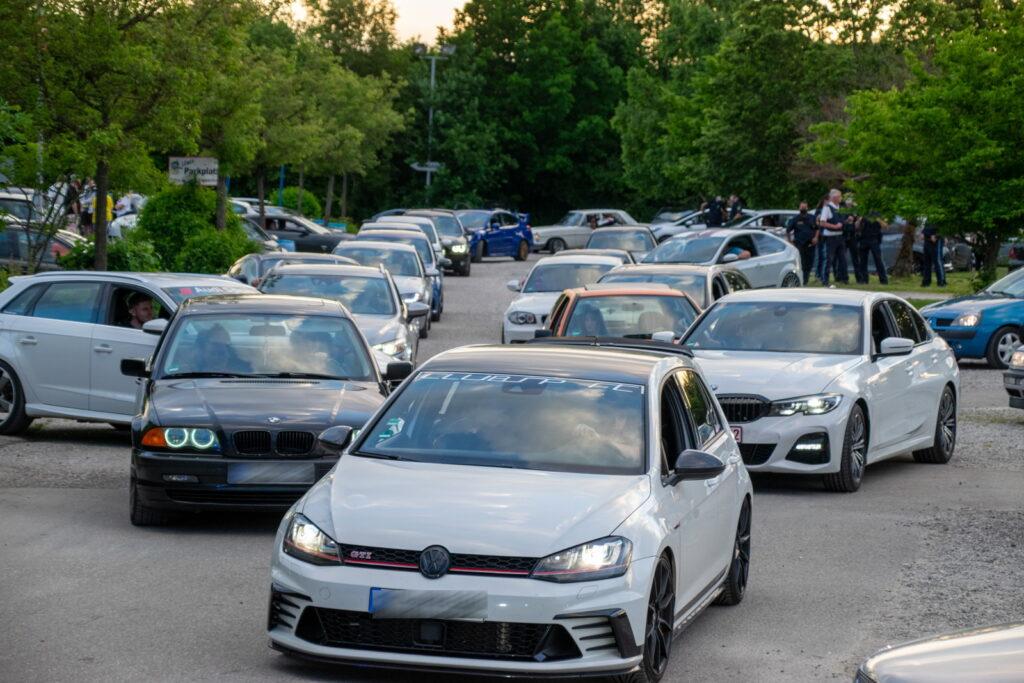 Fahrzeuge auf Parkplatz